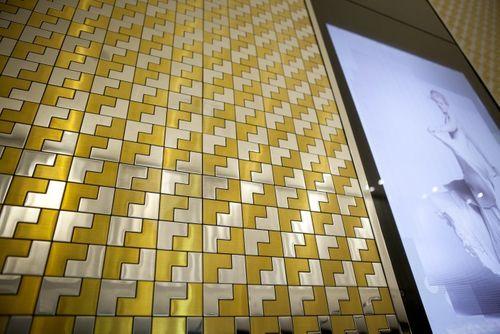 Azulejo mosaico de metal sólido Acero inoxidable pulido espejo gris 1,6 mm de grosor ALLOY Kink-S-S-M diseñado por Karim Rashid 0,93 m2 – Imagen 6