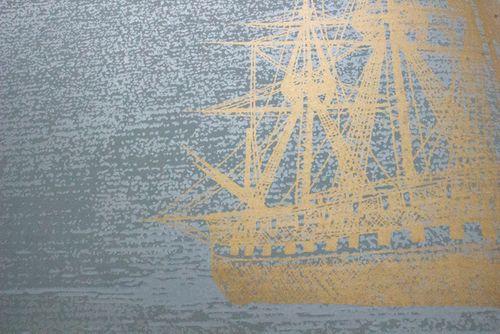 Papel pintado gráfico Atlas SIG-584-4 papel pintado no tejido liso de estilo marítimo y acentos metálicos gris gris-verdoso oro 5,33 m2 – Imagen 2