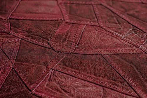 Reliëf behang Atlas STI-5102-5 vliesbehang gestempeld in leer optiek glanzend rood wijnrood zwartrood 7,035 m2 – Bild 2
