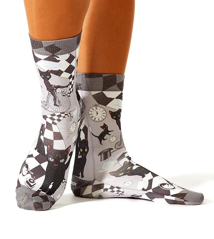 wigglesteps Socken - Chess Cat, schwarze Katzen, Hochrad, Schachbrett - grau / schwarz / weiß / hellblau, One Size 36 - 40