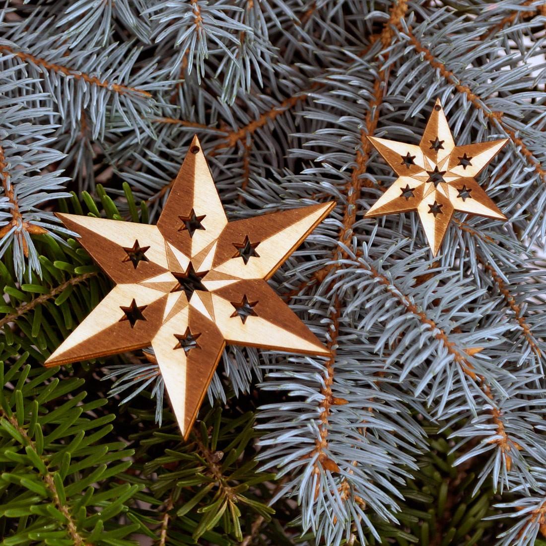 Baumschmuck 2er Sets 6 armige Sterne graviert Baumbehang - Deko aus Holz für Weihnachten