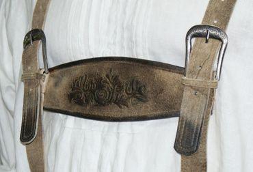 Lederhose Trachtenlederhose Hirschleder-Optik speckig kurz Patina Hirschhorn – Bild 5