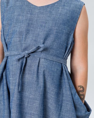 CROSSOVER BELT DRESS DENIM – image 4