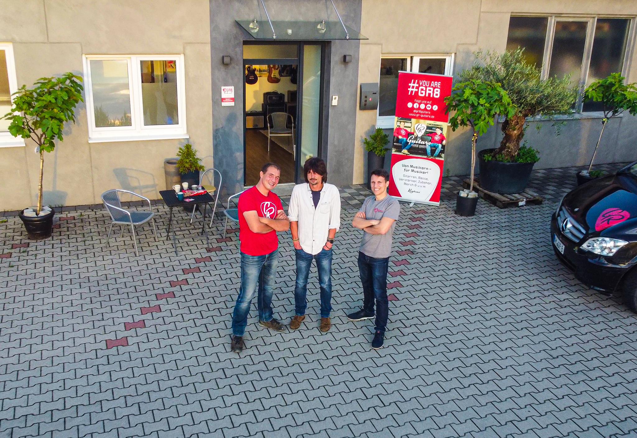 Das Team der GR8 School: David, Gitarrenlehrer Sandro und Max
