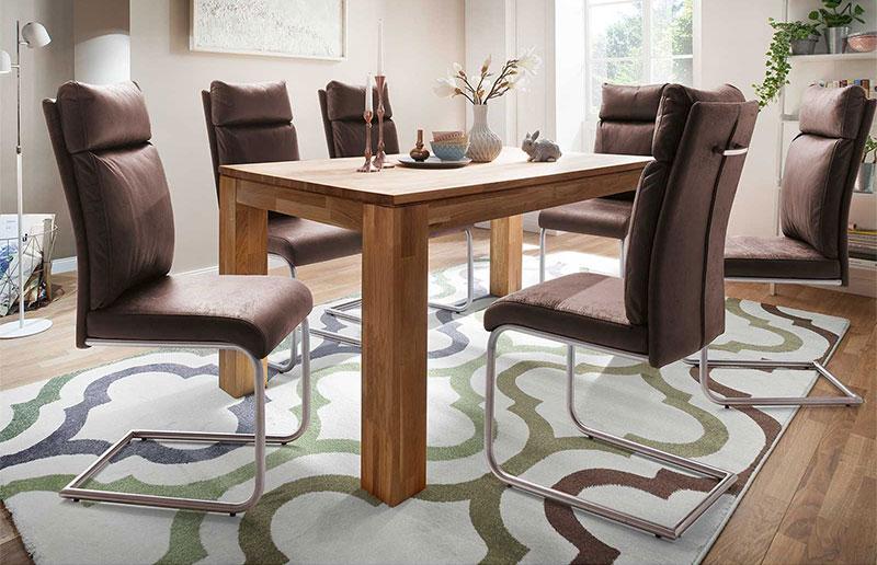 Esszimmer mit massivholz Esstisch und Freischwinger Stühlen