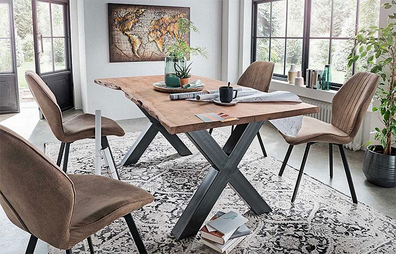 großer Tisch im Wohnzimmer