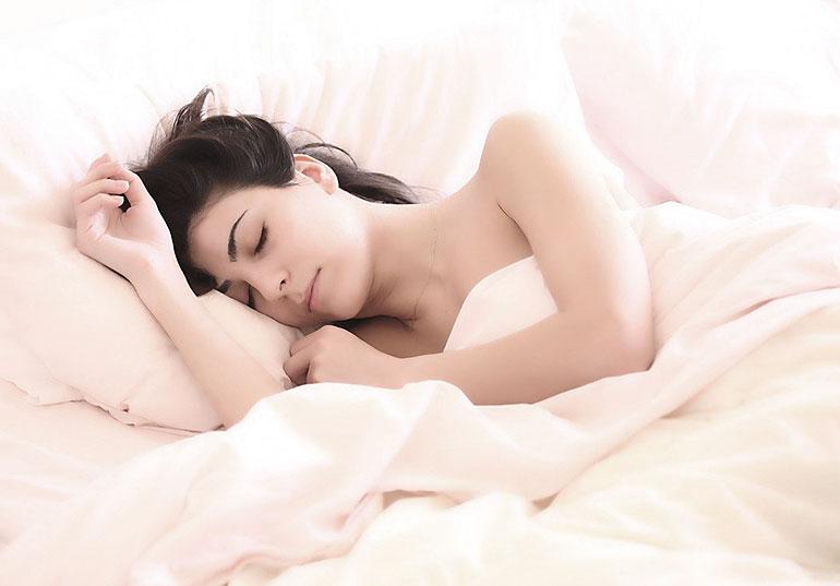 Schlafende Frau, Bild von Claudio_Scott auf Pixabay