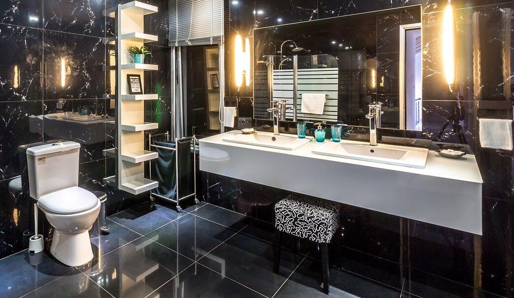 dunkles Badezimmer