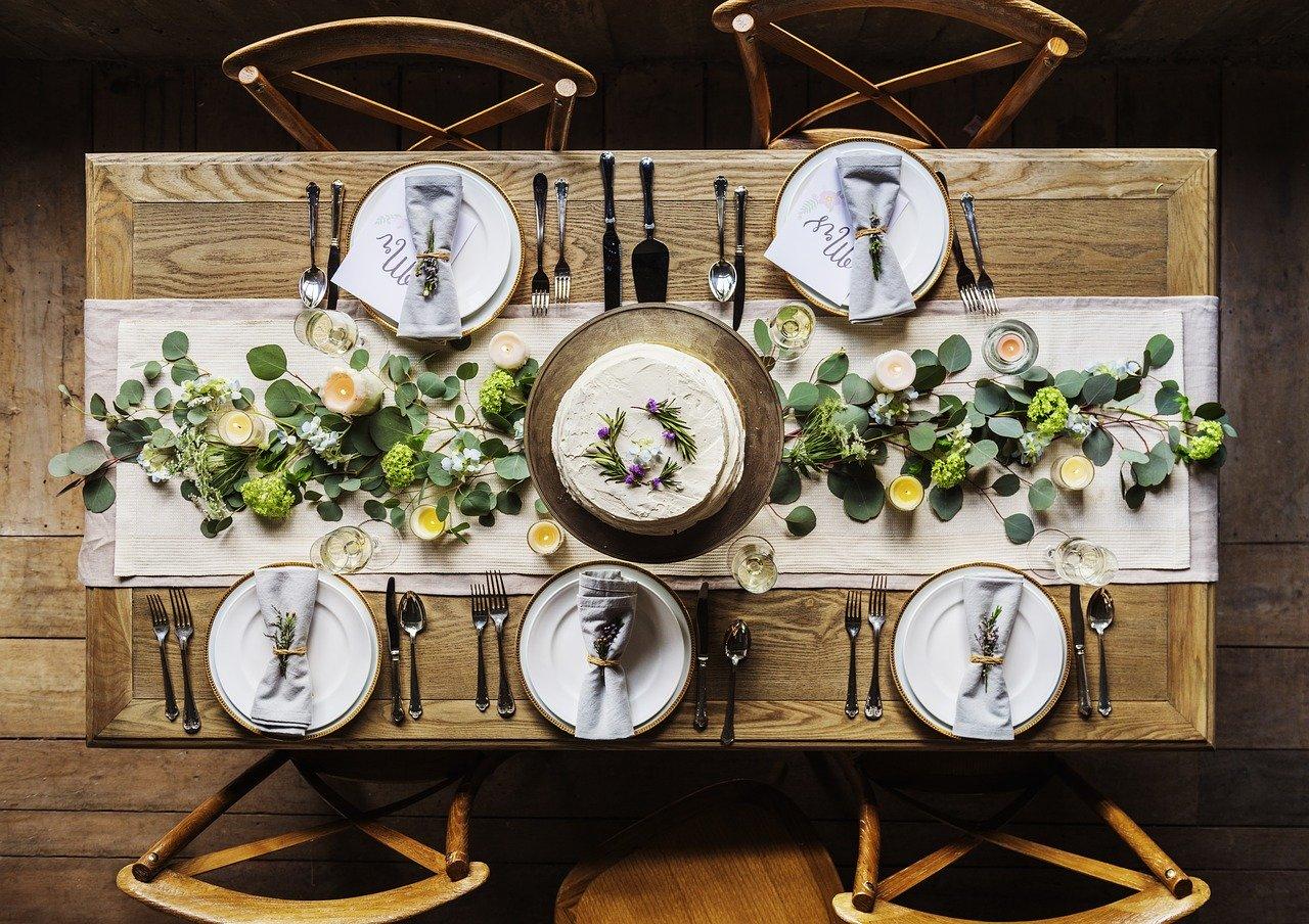 Esstisch mit fünf Gedecken