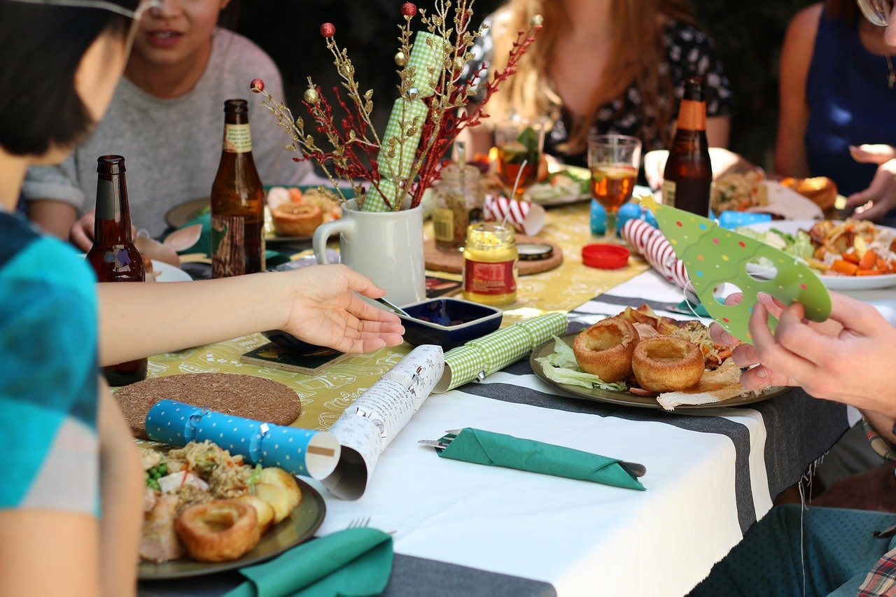 Esstisch mit Tischdecke