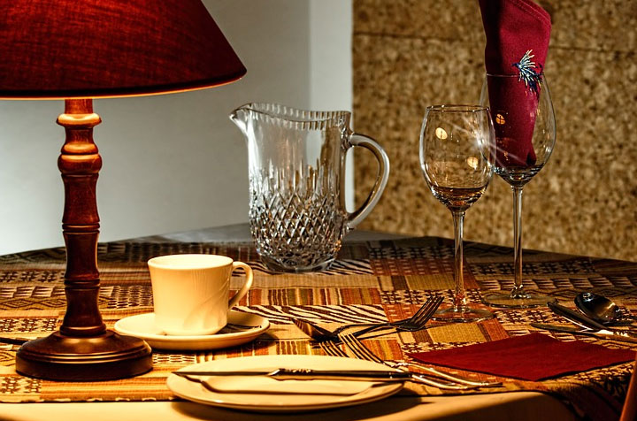 Esstisch mit Tischdekoration