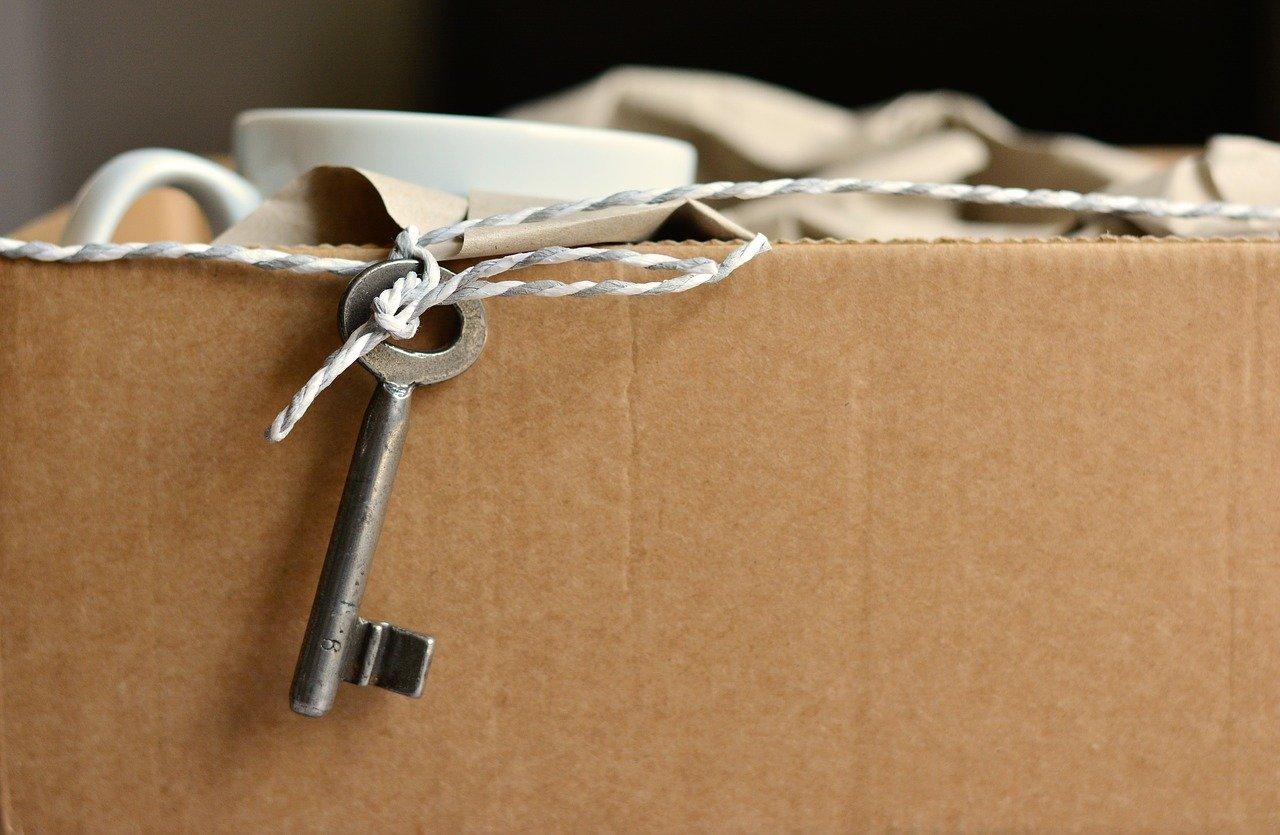 Umzugskarton und Schlüssel zur Wohnung
