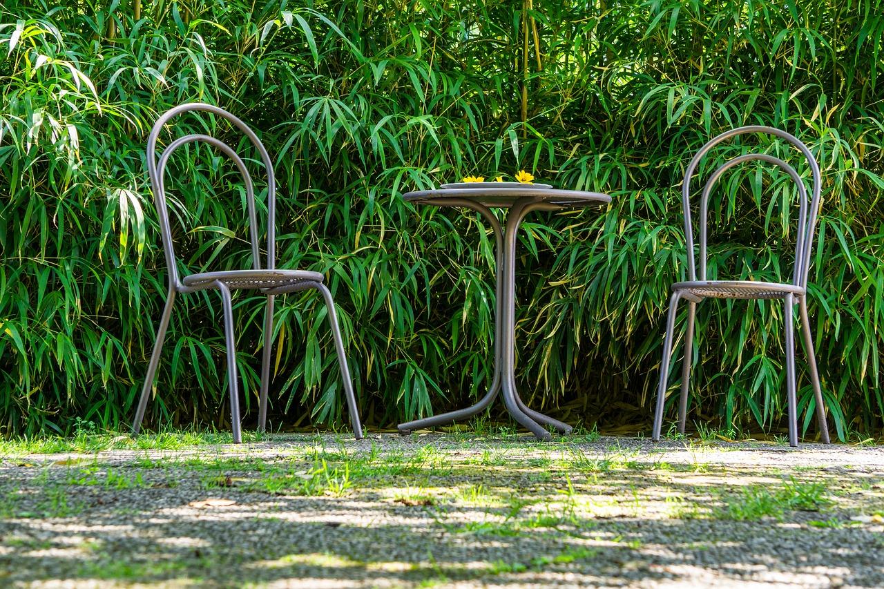 Tisch mit Stühlen im Garten