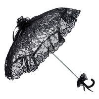 schwarzer Schirm aus Spitze mit herabhängender Borte