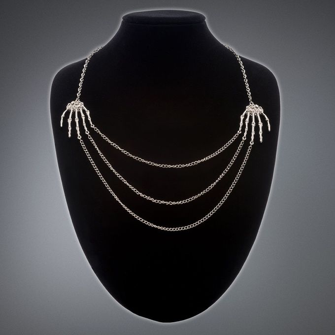Halskette mit Skeletthänden und Ketten