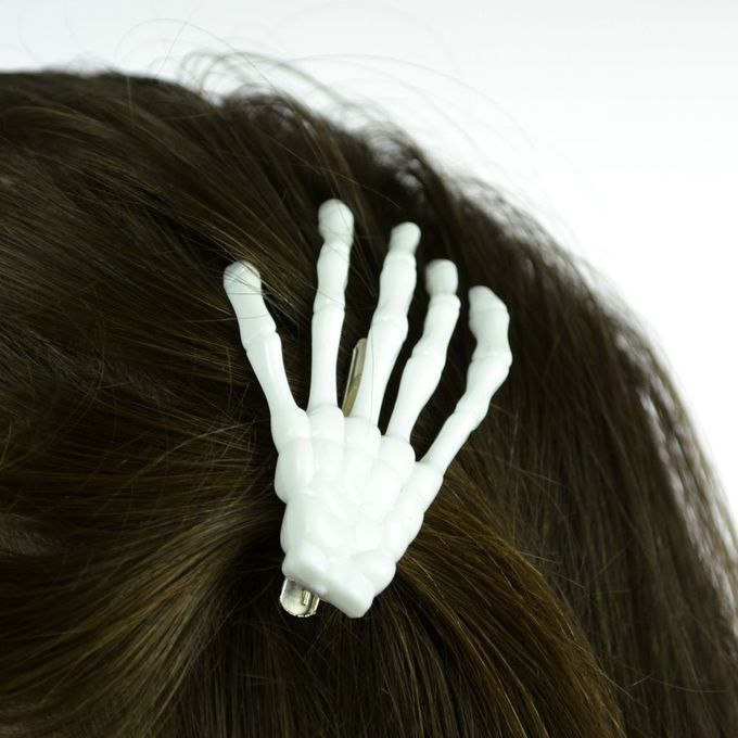 BONE HAIRCLIPS: Skeletthand,  weiß