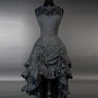 BAT BUSTLE DRESS: schwarzes Vokuhila Kleid aus Brokat mit Volants, Schnürung und Fledermauskragen