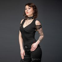 Das schulterfreie Gothic Shirt ist mit reichlich mit Netz und Nieten besetzt