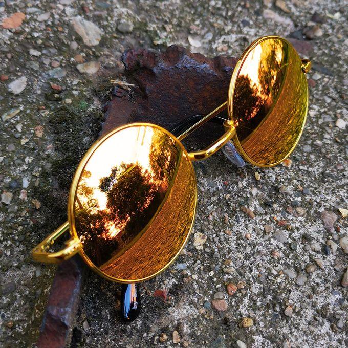 Sonnenbrille mit goldenen Gläsern und Gestell