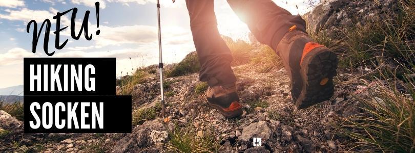 Neu: Hiking Socken Blick von hinten, Wanderschuhe auf einem Weg im Freien