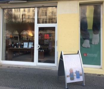 Knitido. Die Zehensocken. Schaufensteansicht des Berliner Ladengeschaftes.