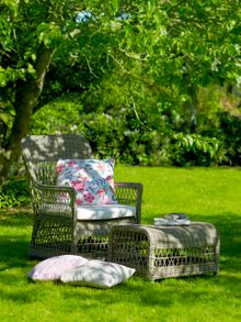 Outdoor Rattan Sessel Dawn mit Hocker in Antique im Garten