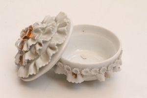 Kleine antike Deckeldose Porzellan original antik 19. Jh. Blumen fein gearbeitet
