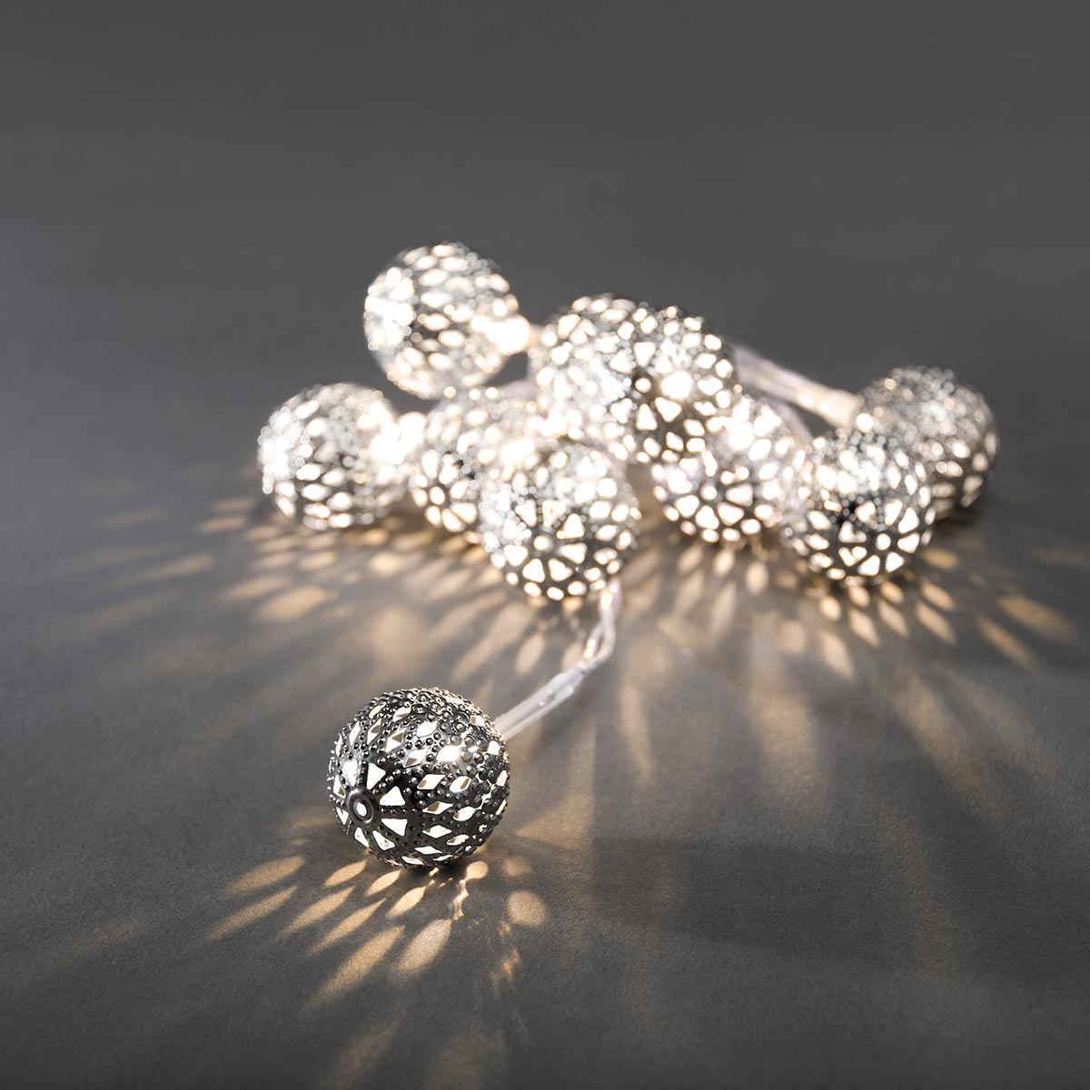 led dekolichterkette mit 10 kleinen silberfarbenen metallb llen mit warmweissen dioden. Black Bedroom Furniture Sets. Home Design Ideas