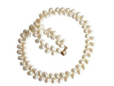 GEMSHINE Damenhalskette mit weißen Perlen. 45 cm lange vergoldete Zuchtperlenkette in Tropfenform - Made in München / Germany - Im eleganten Schmucketui mit Geschenkverpackung geliefert.