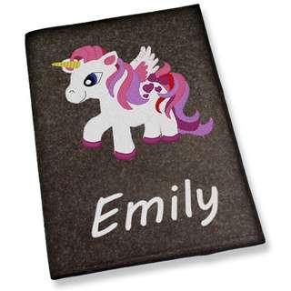 U-Heft Hülle Mädchen bestickt mit Name Pegasus Pferd hellgrau dunkelgrau Untersuchungshefthülle
