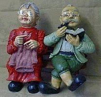 Dekofiguren Oma und Opa auf Bank sitzend mittel