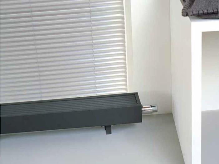 heizk rper vor hohen glasfl chen niedriger strandkonvektor. Black Bedroom Furniture Sets. Home Design Ideas