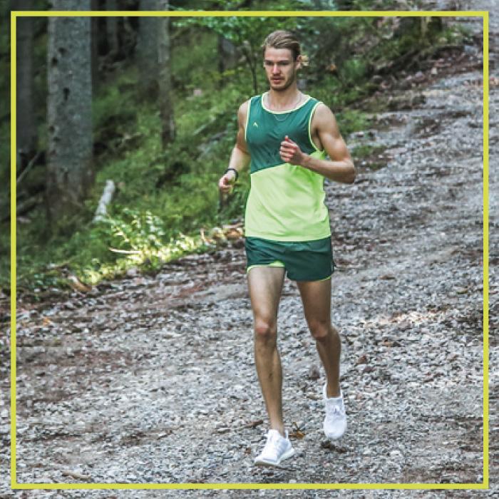 Herren Laufbekleidung mit High-Tech in der Natur unterwegs