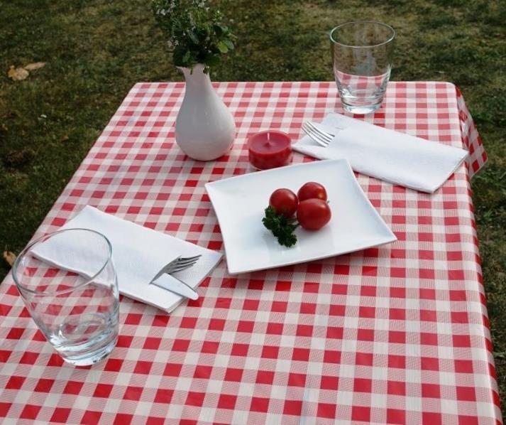 Tischdecken-abwaschbar-rot-kariert