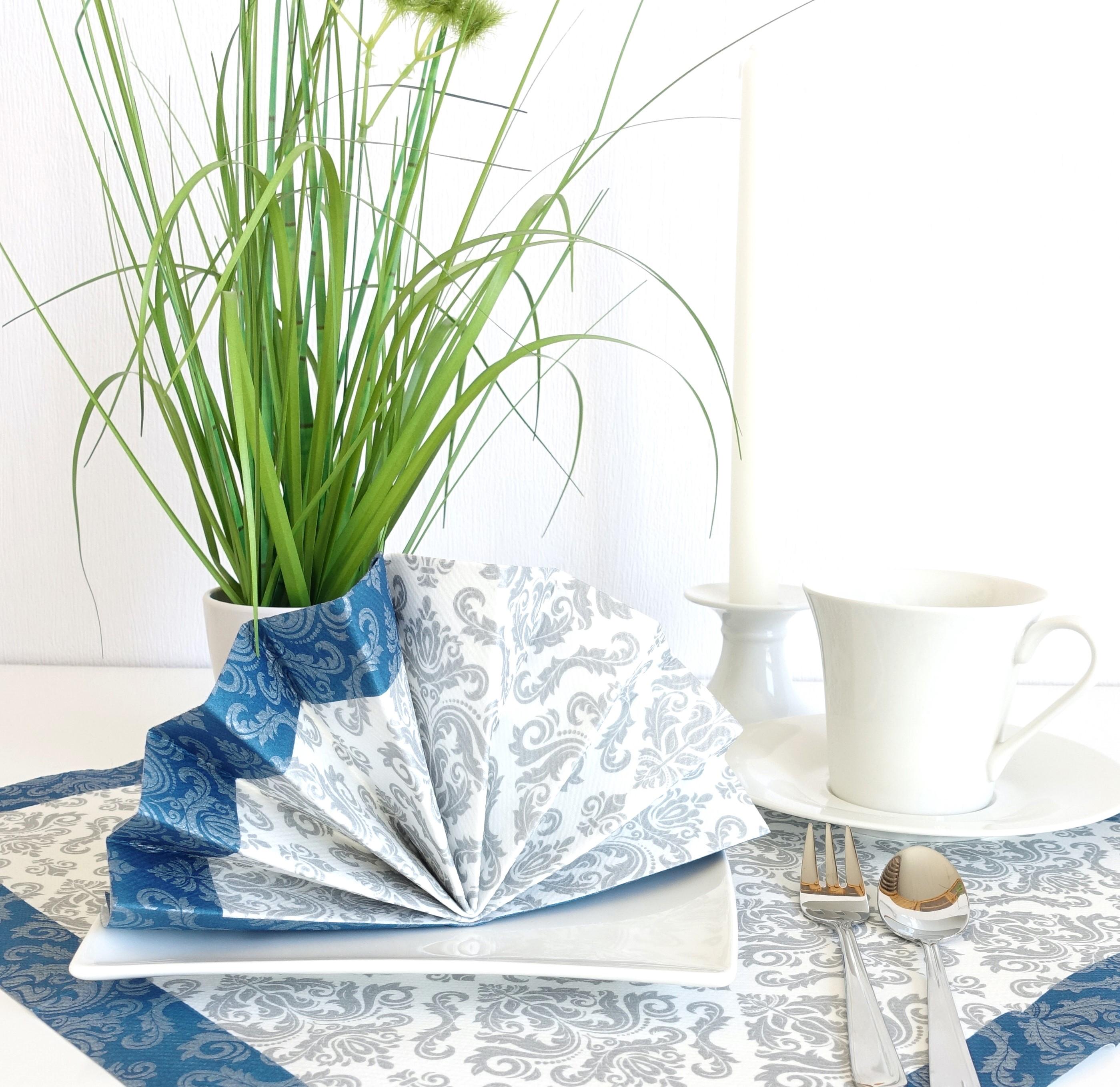 Festliche Serviette in silber und blau
