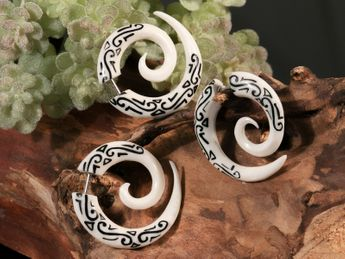 Fake Spiral Earring - Maori Tribal - from Horn or Bone – picture 3