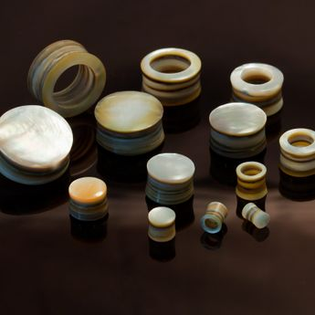 Layered Mother-Of-Pearl Tunnel or Plug – picture 3