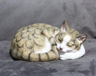 Dekofigur Katze eingerollt schlafend Katzenfigur Deko für Innen und Außen – Bild 4