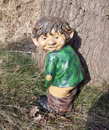 Gartenfigur Gnom Fidi mit nacktem Mors Gartendeko Gnomi Dekofigur