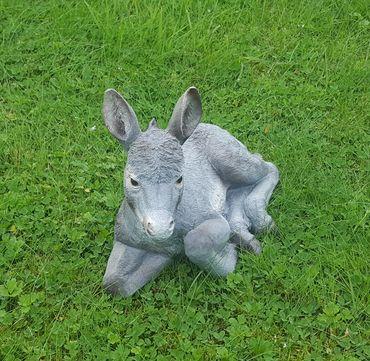 Dekofigur Elmar Esel liegend Gartendeko Tierfigur Muli Maultier Skulptur 31 cm