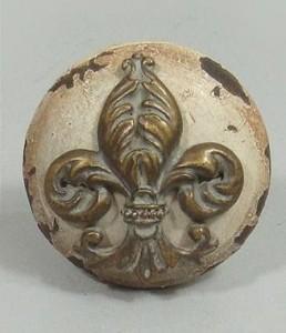Großer Möbelknopf creme- braun mit abgestoßenen Stellen im Antik- Look mit französischer Lilie 002