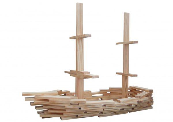 Holzbausteine als Schiff gebaut