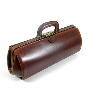 Klassiker. Doktortasche / Baguette Bag / Werkzeugtasche aus Sattelleder als Mode Statement