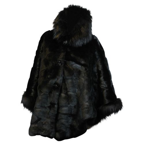 HIP Eleganter Damen Faux Fur Kunstfell Poncho Jacke Blogger Poncho in Fell Optik mit Kapuze – Bild 5