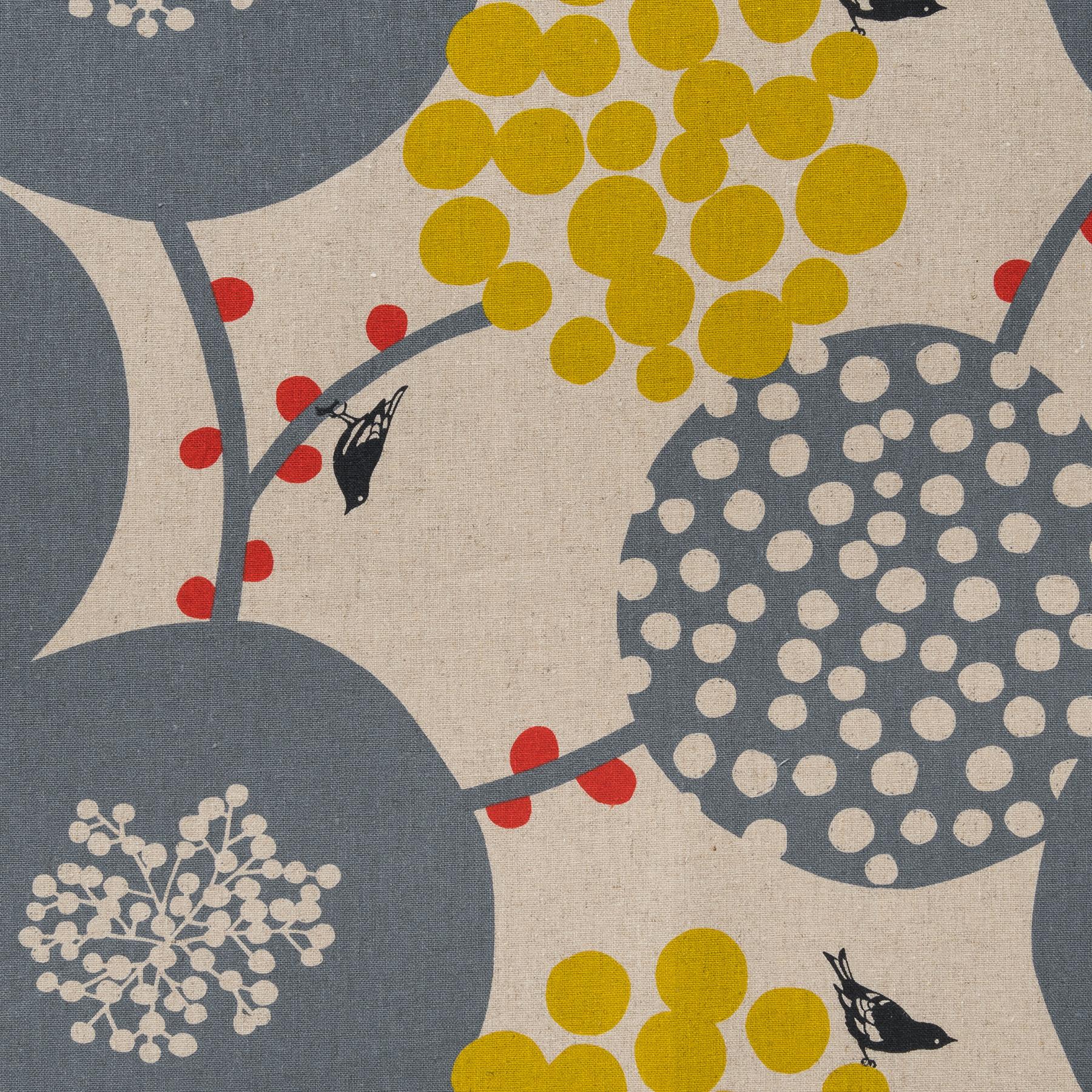 Baumwolle Leinen Canvas bedruckt mit großflächigem Vogelmotiv in grau und gelb auf naturfarbenem Grund