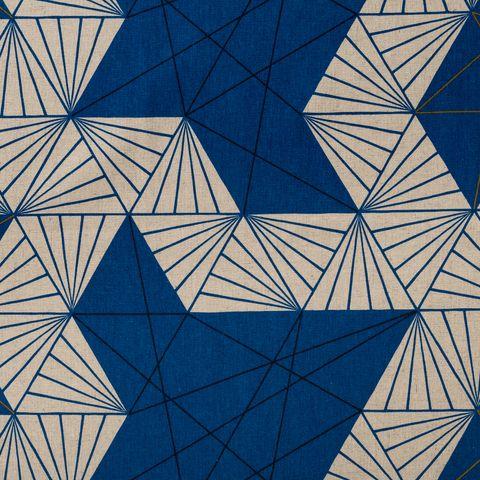 Baumwolle Canvas bedruckt mit grafischen Dreiecken in blau auf beigefarbenem Grund