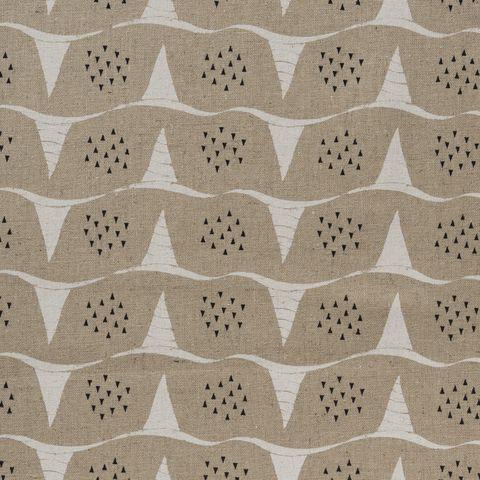 Baumwolle Canvas bedruckt mit grafischen Wellen in weiß kleinen schwarzen Dreiecken auf beigefarbenem Grund