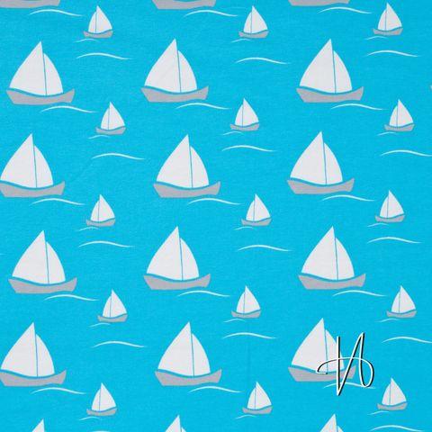 Bio Jersey mit Elasthan GOTS Segelboote in weiß und grau auf hellblau