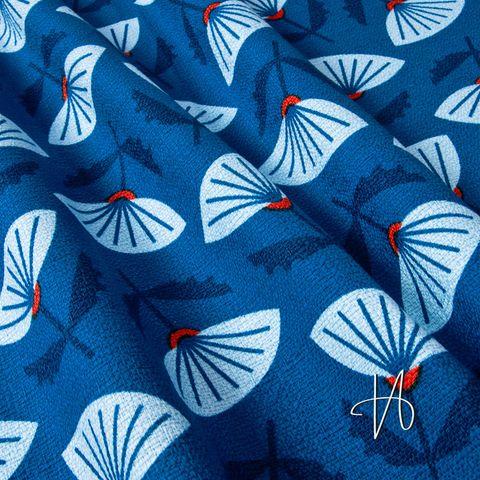 Feste Bio Baumwolle GOTS hellblaue Blumen auf dunkelblau 0,5m