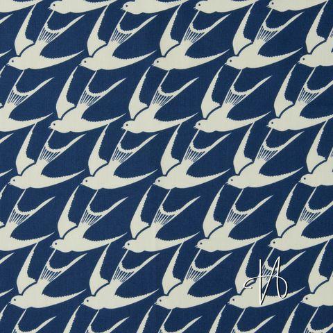 Baumwolle Popeline Vögel Schwalben creme weiß auf dunkelblau navy